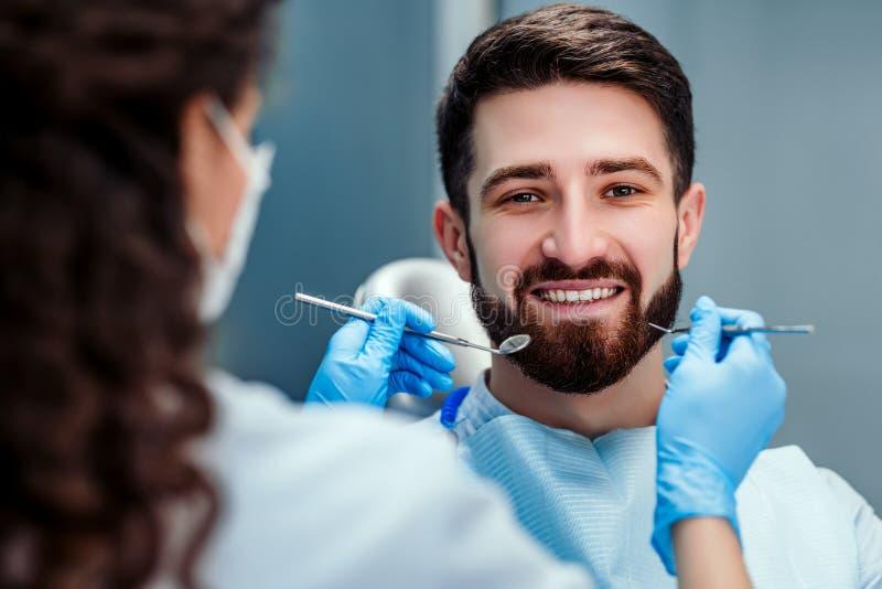 Tandläkarebehandling en patients tänder i tandläkaren Close upp sikt royaltyfria foton