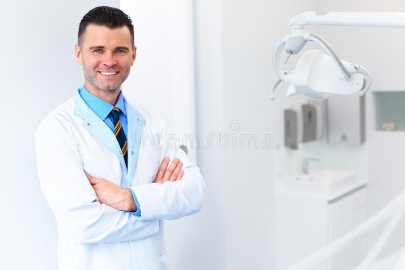 Tandläkaredoktorsstående Ung man på hans arbetsplats Tand- Clin royaltyfria foton