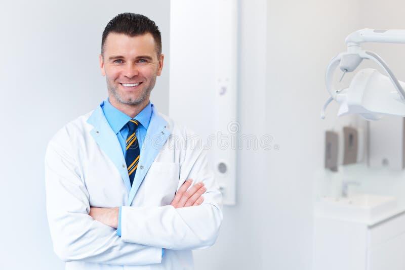 Tandläkaredoktorsstående Ung man på hans arbetsplats Tand- Clin arkivfoton