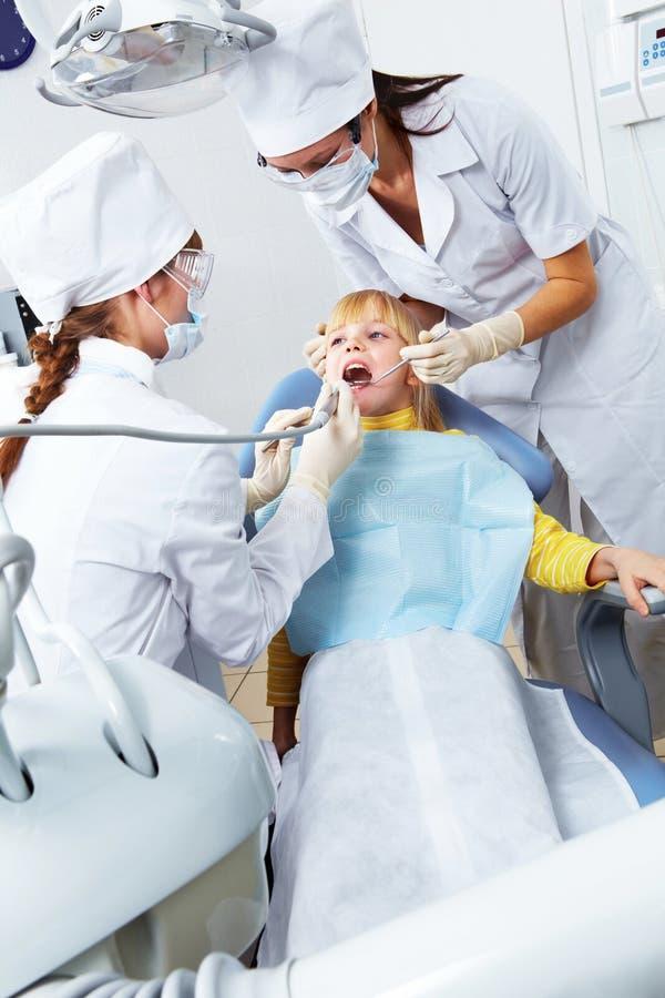 tandläkareflickakontor s arkivbild