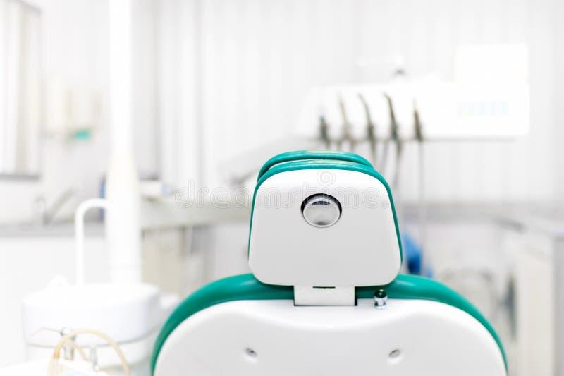 Tandläkarehjälpmedel, yrkesmässig tandläkarestol fotografering för bildbyråer
