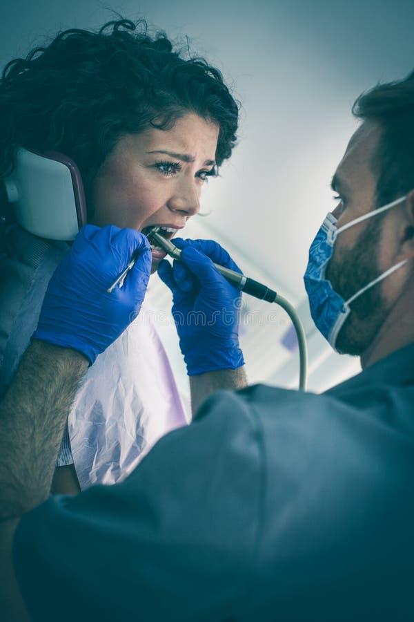 Tandläkarekirurgi är så mycket fullt av smärtar royaltyfria bilder
