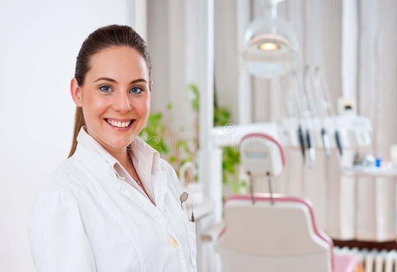 tandläkarekvinna arkivbild