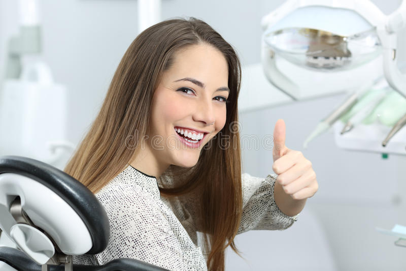 Tandläkarepatient som tillfredsställs efter behandling fotografering för bildbyråer