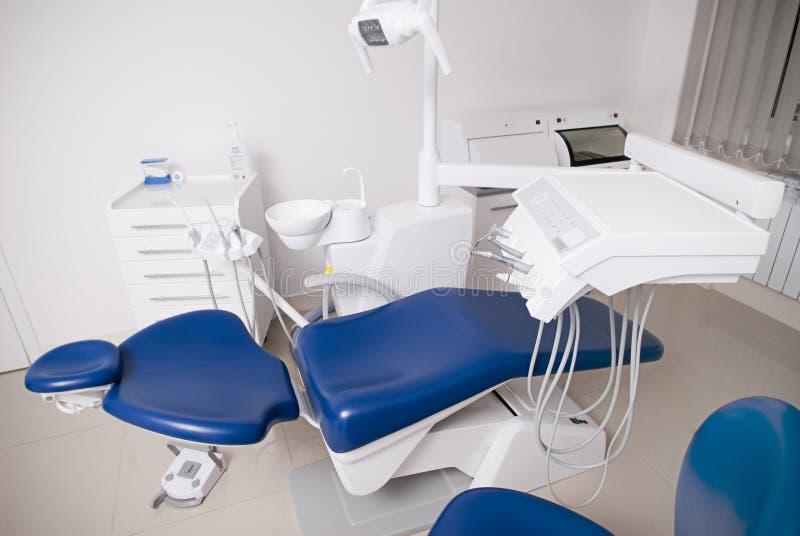 Tandläkares stol i ett medicinskt rum royaltyfri foto