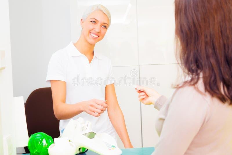 Tandmedewerker die de Geduldige Ziekteverzekeringskaart van ` controleren s royalty-vrije stock afbeelding