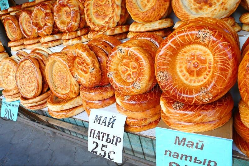 从tandoor的平的蛋糕在市场柜台 免版税库存照片