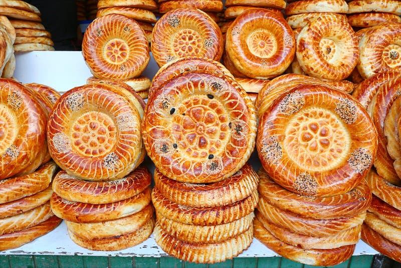 从tandoor的平的蛋糕在市场柜台 免版税库存图片