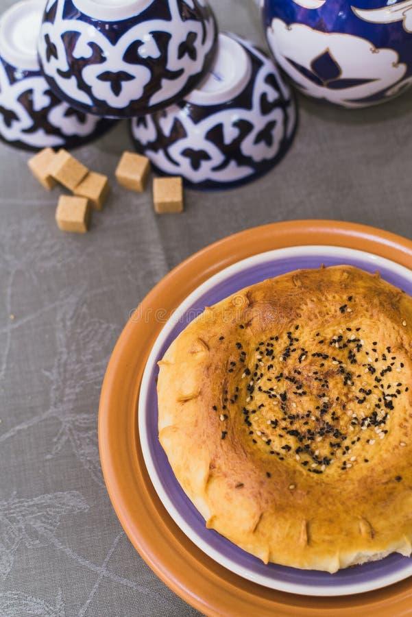 Tandoor-Tortilla liegt auf den Osttellern Osttee stockfoto
