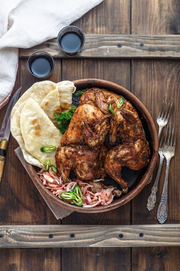 tandoori цыпленка Половина цыпленка tandoori служила с кусками и cilantro известки Взгляд сверху, пустое пространство стоковое изображение rf