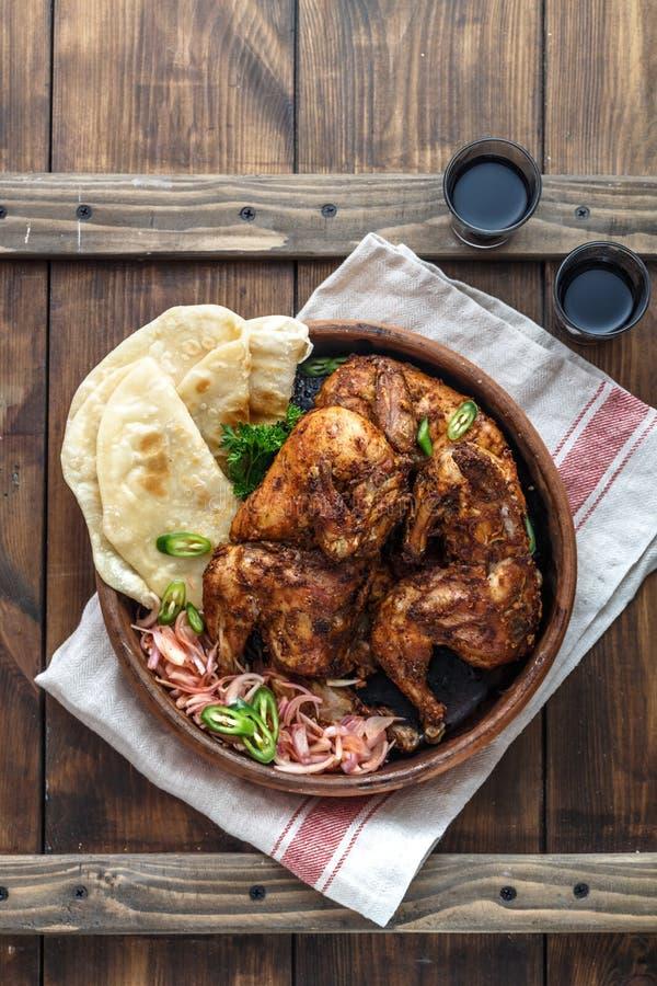 tandoori цыпленка Половина цыпленка tandoori служила с кусками и cilantro известки Взгляд сверху, пустое пространство стоковое фото rf