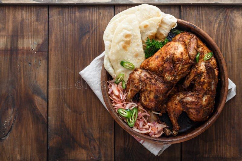 tandoori цыпленка Половина цыпленка tandoori служила с кусками и cilantro известки Взгляд сверху, пустое пространство стоковые изображения