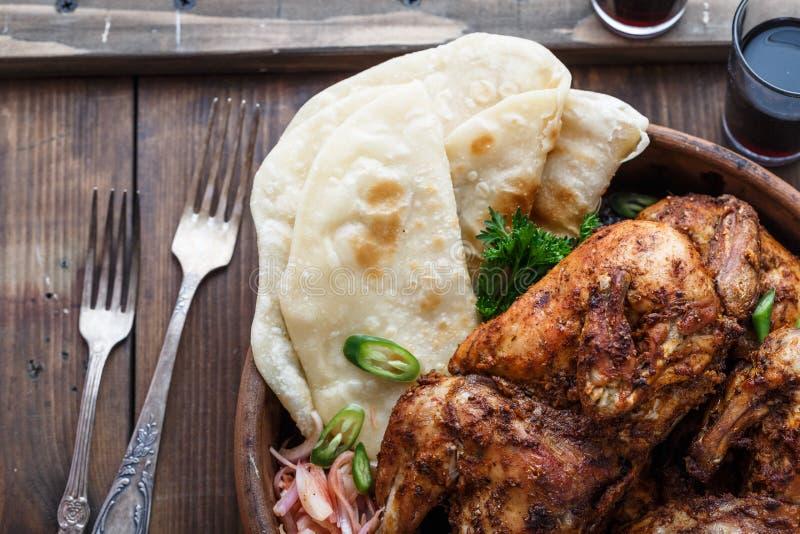 tandoori цыпленка Половина цыпленка tandoori служила с кусками и cilantro известки Взгляд сверху, пустое пространство стоковое фото
