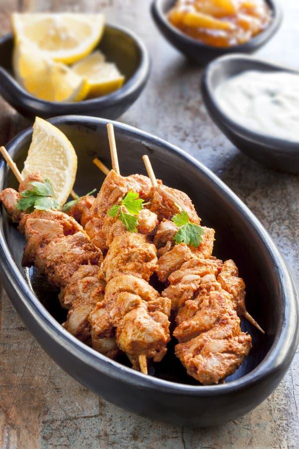 Tandoori-Hühneraufsteckspindeln stockfotos