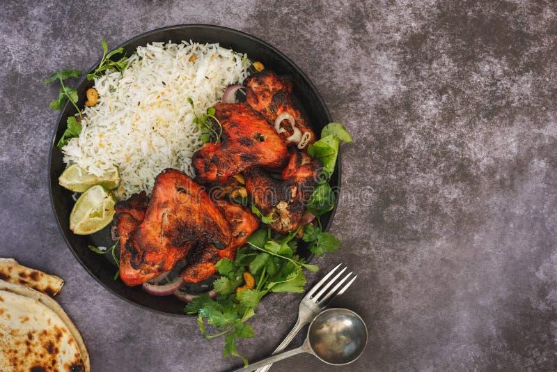Tandoori ha aromatizzato le ali di pollo servite con il riso di pilaf immagini stock libere da diritti