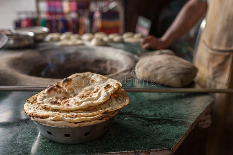 Tandoori naan - ινδικό επίπεδο ψωμί που ψήνεται στο φούρνο αργίλου στοκ φωτογραφία με δικαίωμα ελεύθερης χρήσης