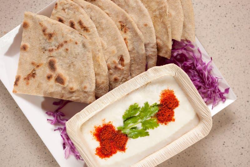 Tandoori Roti es un pan ácimo indio foto de archivo