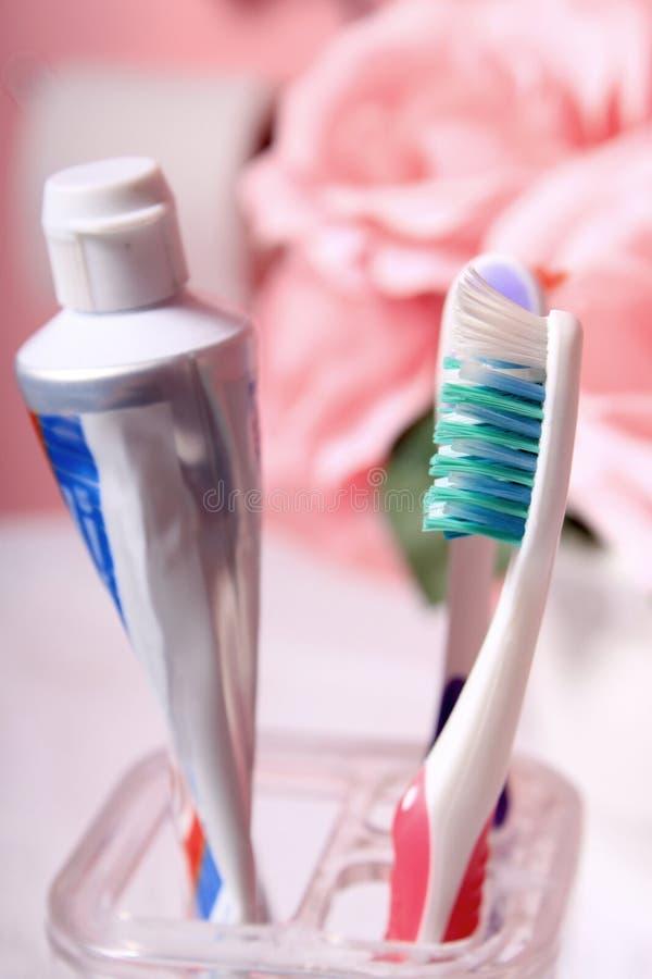 Tandpasta en tandenborstel stock afbeelding