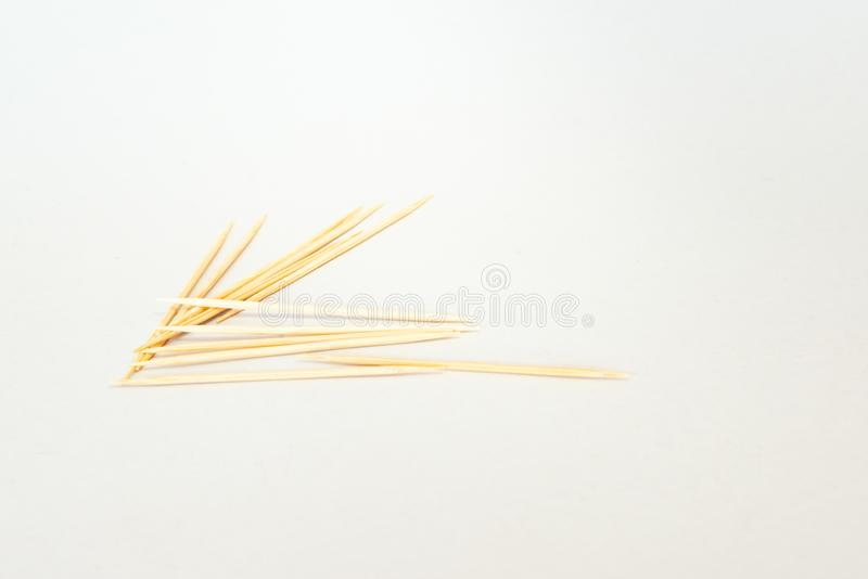 tandpetare tandpetare från bambu på vit bakgrund arkivfoto