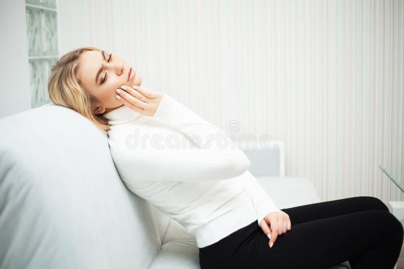 Tandpijn Mooie Vrouw die Sterke Pijn, Tandpijn voelen royalty-vrije stock foto's