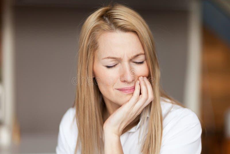 Tandpijn Mooie Vrouw die Sterke Pijn, Tandpijn voelen Portret, zorg stock fotografie