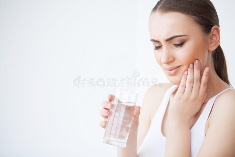 Tandpijn Tandzorg en tandpijn Vrouw die Tandpijn voelen stock afbeelding