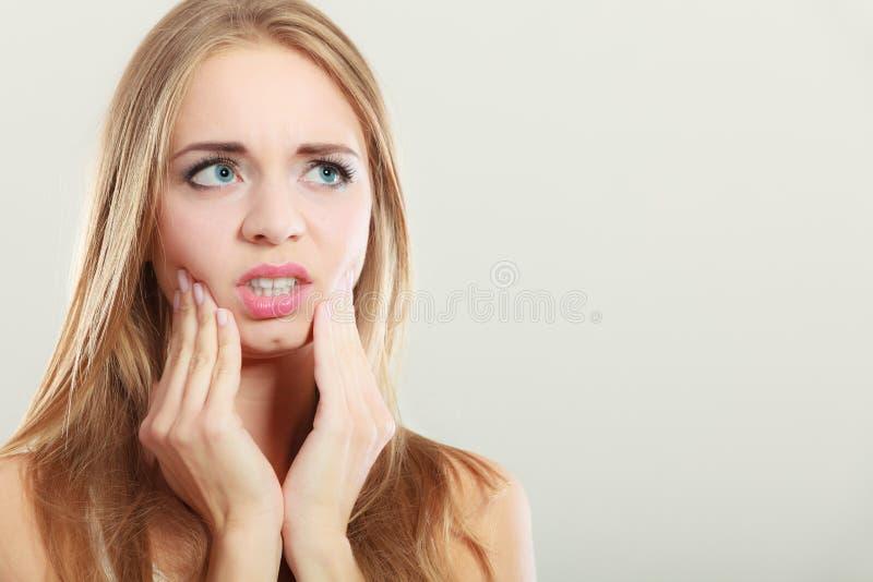 Tandpijn vrouw die aan tandpijn lijden stock fotografie