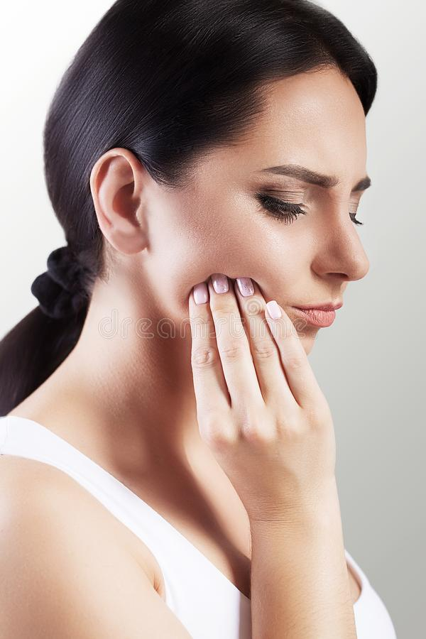 Tandproblem Smärtar den känsliga tanden för kvinnan Closeup av ett härligt arkivbilder