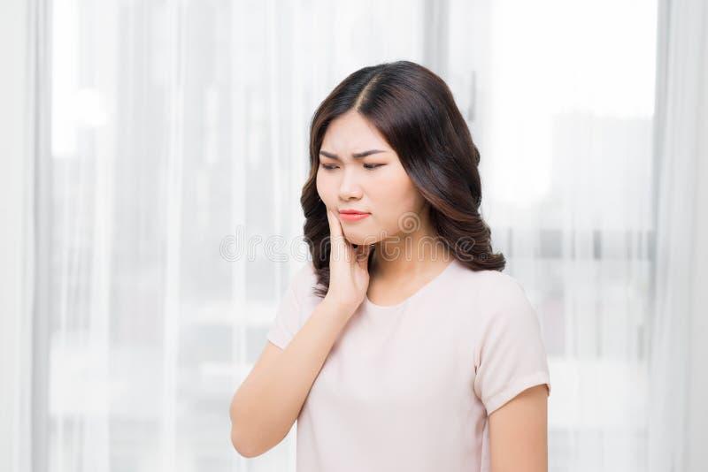 Tandproblem Smärtar den känsliga tanden för kvinnan Closeup av härlig Sa arkivfoton