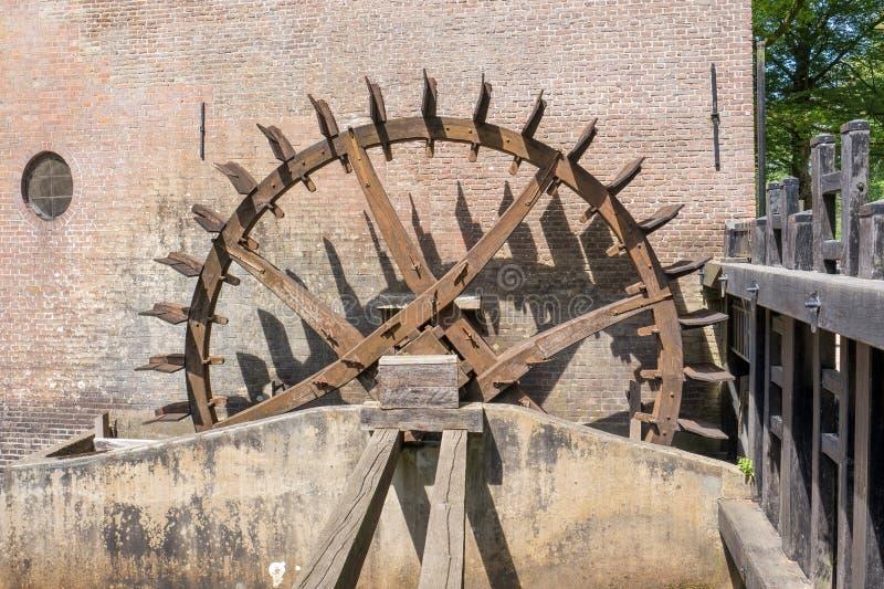 Tandradaandrijving van de watermolen bij Hackfort-kasteel in Nederland royalty-vrije stock afbeelding