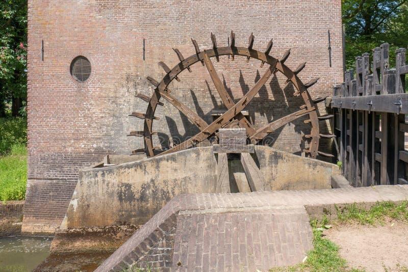 Tandradaandrijving van de watermolen bij Hackfort-kasteel in Nederland royalty-vrije stock fotografie