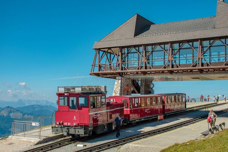 Tandradbaantrein van Schafbergbahn bij de bergpost royalty-vrije stock afbeeldingen