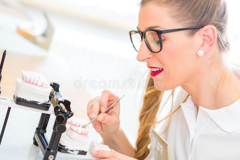 Tandtechnicus die gebit produceren stock foto's