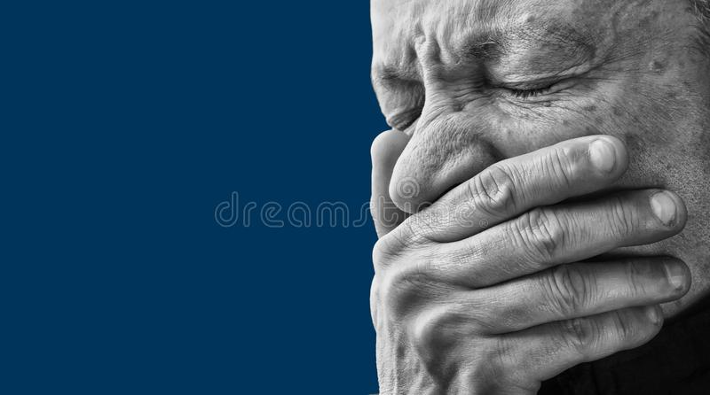 tandvärk Gammalare man med framsidan som stängs av handen arkivbilder
