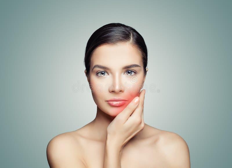 tandvärk Ledsen kvinna som trycker på hennes hand hennes röda kind arkivfoto