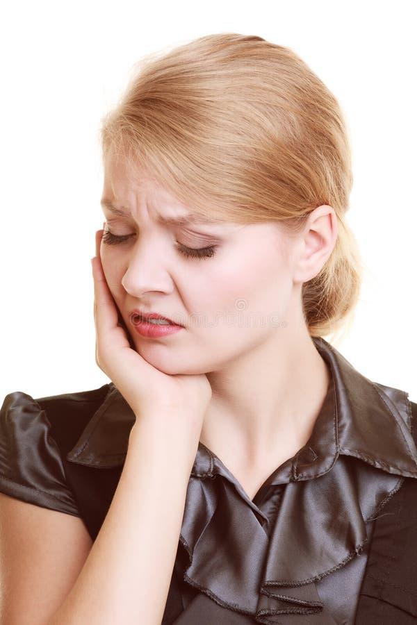 tandvärk Lidande för den unga kvinnan från tanden smärtar isolerat royaltyfri bild