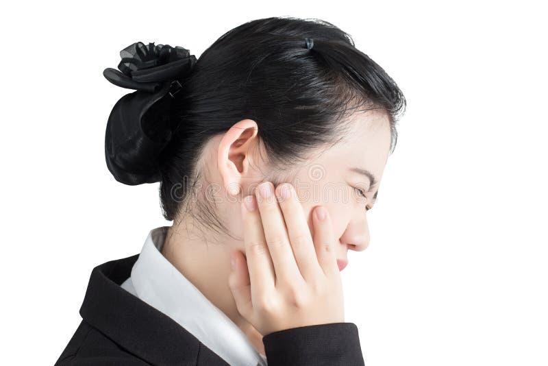 Tandvärktecken i en kvinna som isoleras på vit bakgrund Snabb bana på vit bakgrund arkivbilder