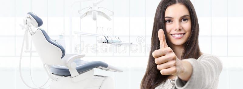 Tandvårdbegreppet, den härliga le kvinnan räcker på upp tummar arkivbilder