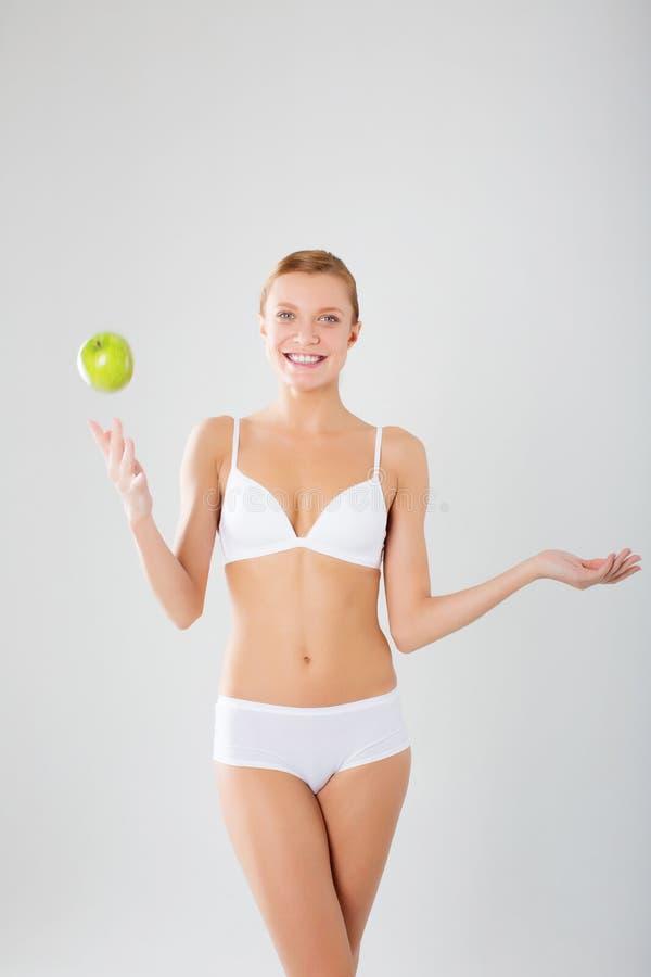 Taned愉快的适应妇女 节食,健康生活方式和身体关心骗局 库存图片
