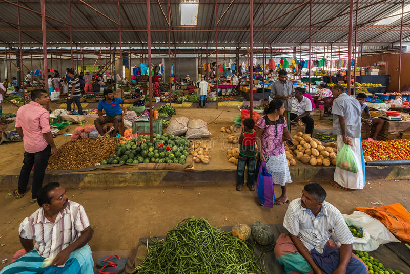 TANGALLE, SRI LANKA - 1° gennaio 2017: Venditori non identificati dentro fotografia stock libera da diritti
