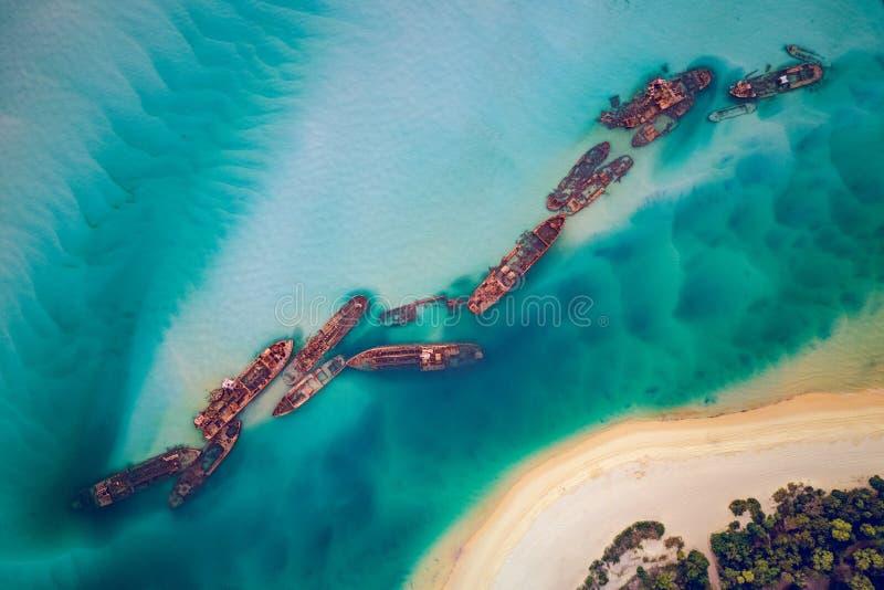 Tangalooma wraki używali być 15 dekatyzują napędzane barki Moreton wyspy linii brzegowej które wzdłuż 1963 w specjalnie tonął zdjęcia royalty free
