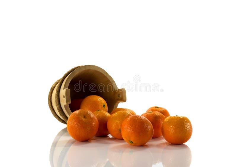 Tangarines och trä ösregnar royaltyfria bilder