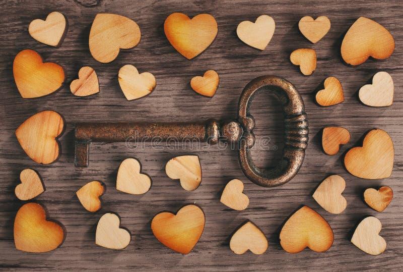 Tangent till hjärta på träbakgrund arkivfoto