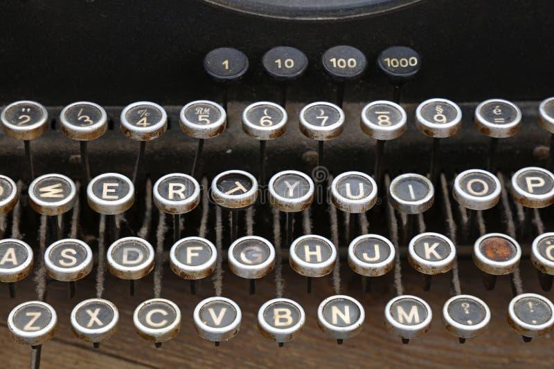 Tangentbord av det gamla tappningskrivmaskinsslutet upp arkivbilder