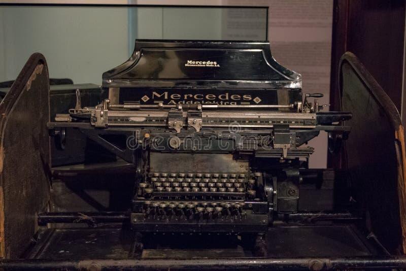 Tangentbord av en gammal tysk tappningskrivmaskin med cyrillic tangenter arkivbild