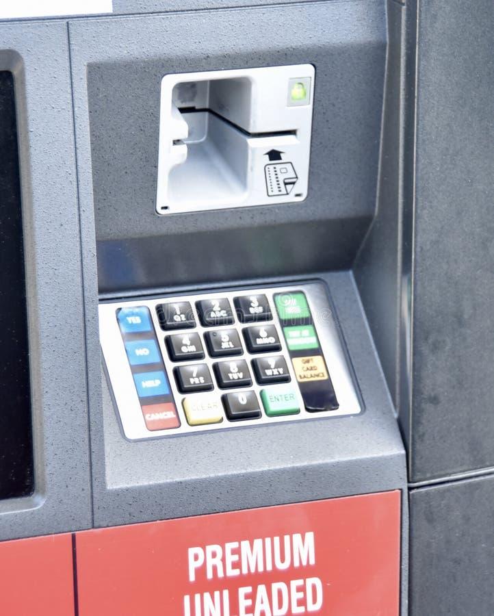 Tangentbord för betalning på en bensinpump arkivfoto