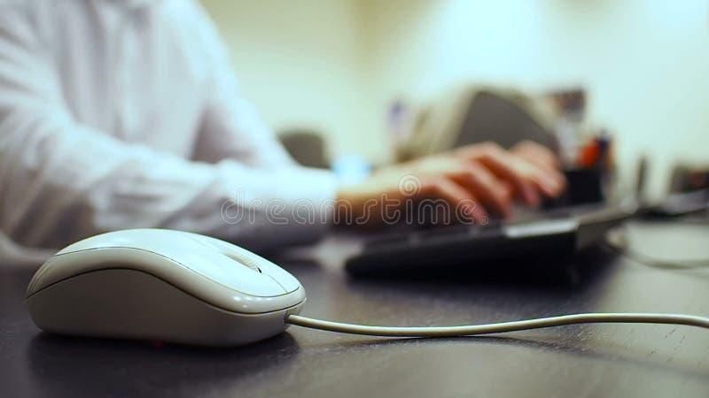 Tangentbord 43 Mjuk fokus till handen av mannen som klickar musknappen och skriver dokumentet och numpad på tangentbordet Assiste arkivfilmer