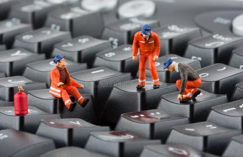 tangentbord som reparerar arbetare arkivfoton