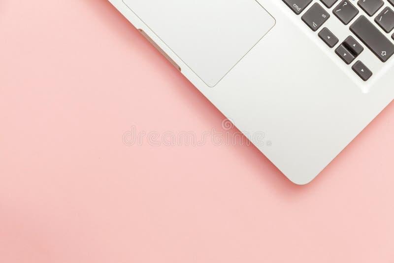 Tangentbordbärbar datordator som isoleras på rosa pastellfärgad skrivbordbakgrund Moderna informationsteknik- och programvarufram arkivbilder