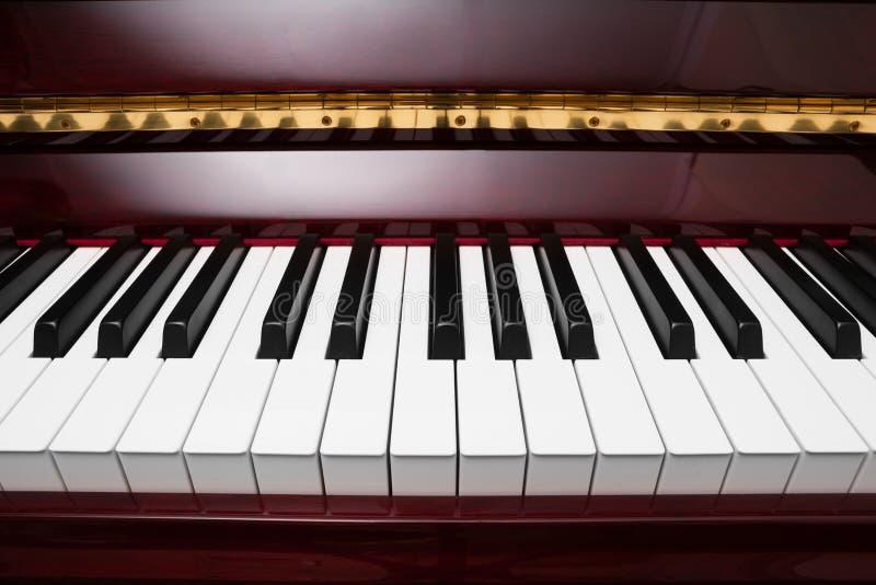 Tangenter av det röda pianot arkivfoto